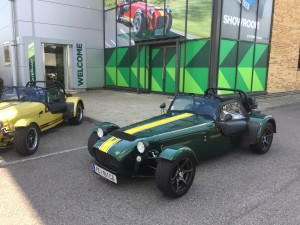 JUBU Testwagen vor dem Caterham Showroom in Crawley (UK)