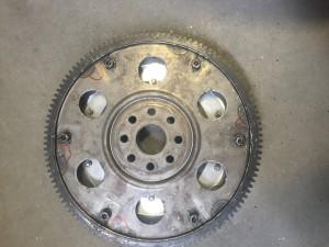 Gebrochenes Schwungrad führte zu zerstörter Getriebeglocke und Eingangswellenabriss